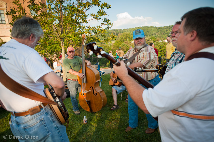 Bluegrass musicians playing